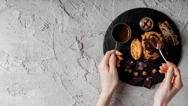 Вкусное печенье с шоколадом и орехами Бесплатные Фотографии