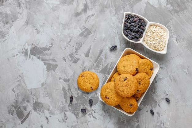 Вкусное печенье с изюмом и овсянкой, вид сверху Бесплатные Фотографии