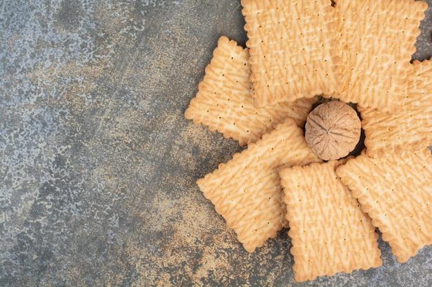 大理石の背景にクルミとおいしいクッキー。高品質の写真 無料写真