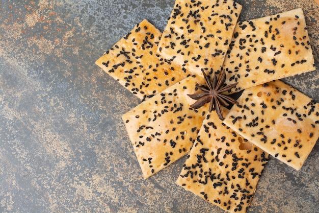 大理石の背景にスターアニスのおいしいクラッカー。高品質の写真 無料写真