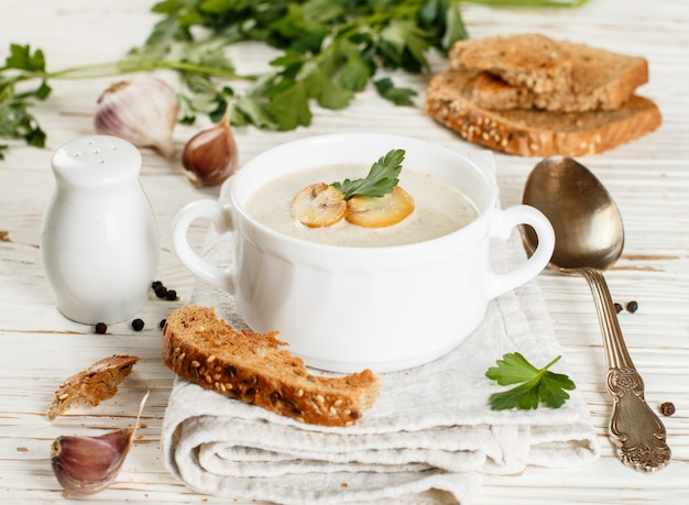 Delicious cream soup with mushrooms Premium Photo