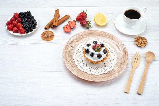 Вкусный сливочный торт с ягодами корицы кофе на свету, торт сладкий фото цвет Бесплатные Фотографии