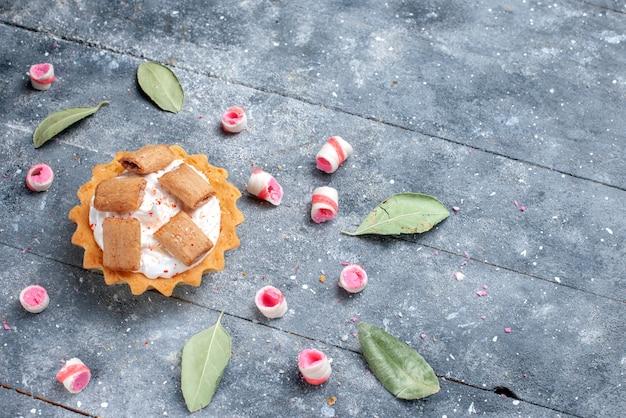 クッキーとおいしいクリーミーなケーキ、グレーのスライスしたキャンディー、ケーキの甘い焼きクリーム 無料写真