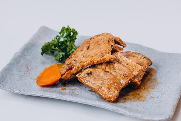 Delizioso pollo fritto croccante isolato sulla superficie bianca Foto Gratuite