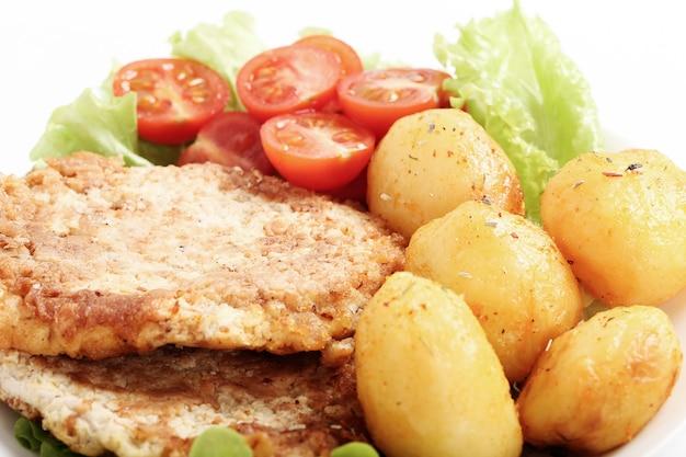 ステーキ、ゆでたジャガイモとサラダのおいしいディナー 無料写真