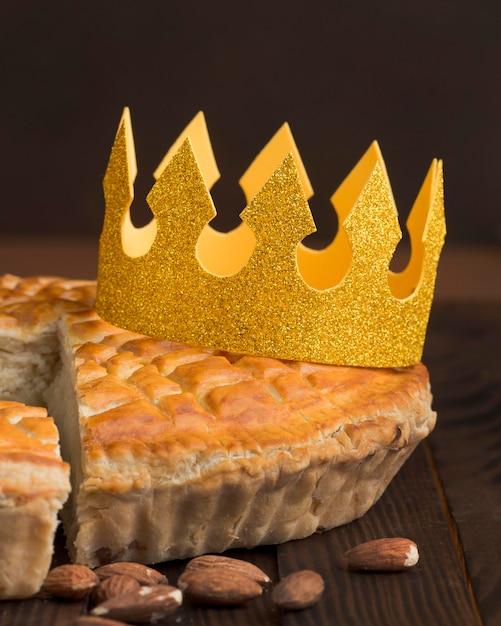 Deliziosa vista frontale del dessert della torta dell'epifania Foto Gratuite