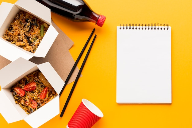 Delicious fast food boxes with clipboard Free Photo