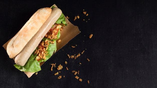 ベーキングペーパーコピースペース背景においしいファーストフードのホットドッグ 無料写真