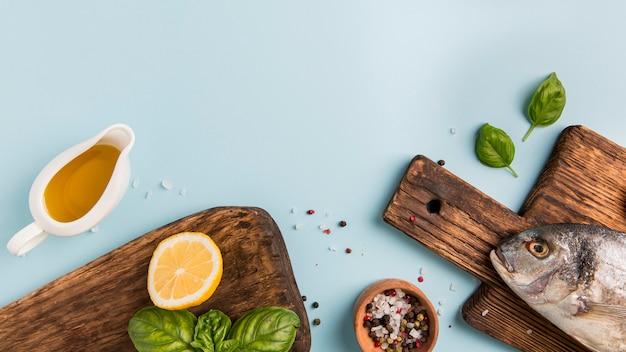 木製のまな板に美味しい魚 Premium写真