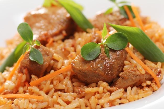 흰 접시에 맛있는 음식 무료 사진