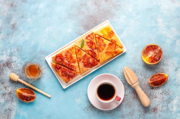 Вкусный французский десерт терпкий татин с кроваво-оранжевым. Бесплатные Фотографии