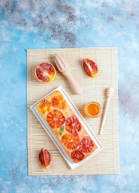ブラッドオレンジとおいしいフランスのデザートのタルト。 無料写真