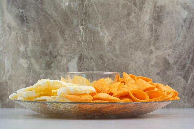 유리 접시에 바삭 바삭한 칩 맛있는 신선한 새우. 고품질 사진 무료 사진