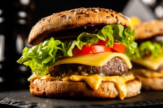 Delicious grilled burgers Premium Photo