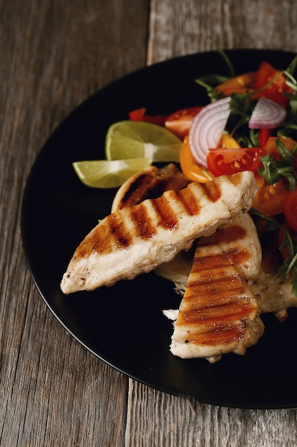 Delizioso pollo alla griglia con verdure per cena Foto Gratuite
