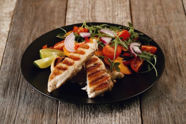Вкусная курица гриль с овощами на ужин Бесплатные Фотографии
