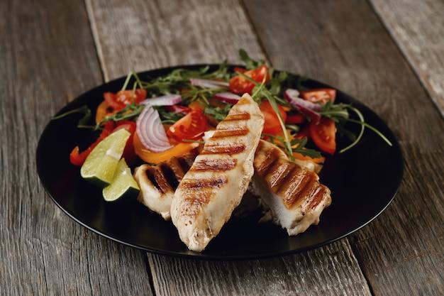 저녁 식사를 위해 야채와 함께 맛있는 구운 닭고기 무료 사진