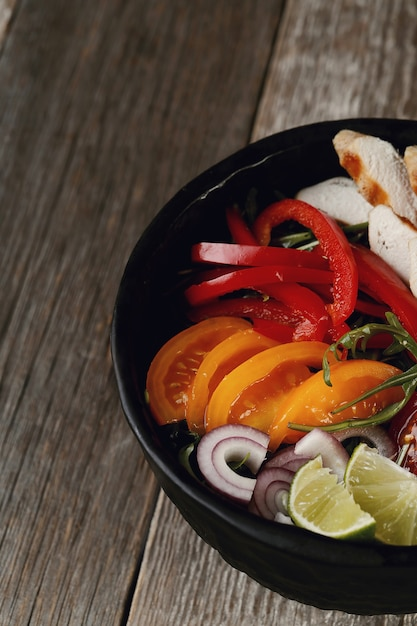 夕食に野菜を使ったおいしいグリルドチキン 無料写真