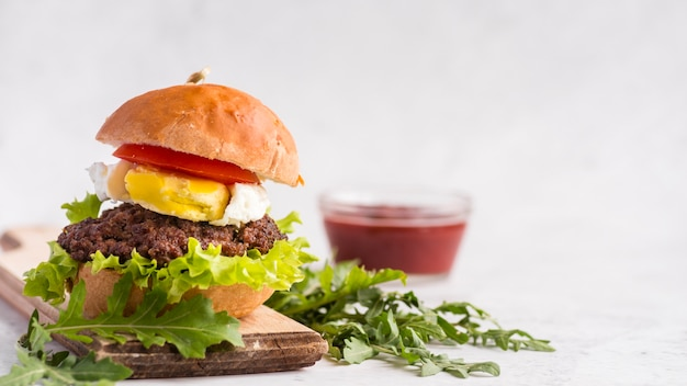 Delicious hamburger with blurred ketchup cup Free Photo