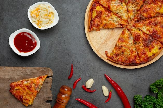 Вкусная гавайская пицца и кулинарные ингредиенты. Бесплатные Фотографии