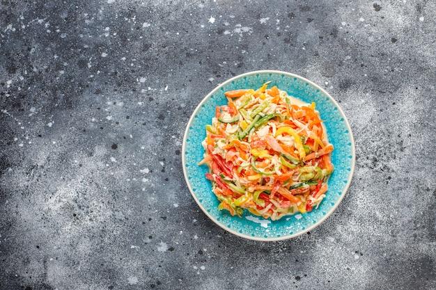 チキン、トップビューで美味しいヘルシーピーマンサラダ 無料写真