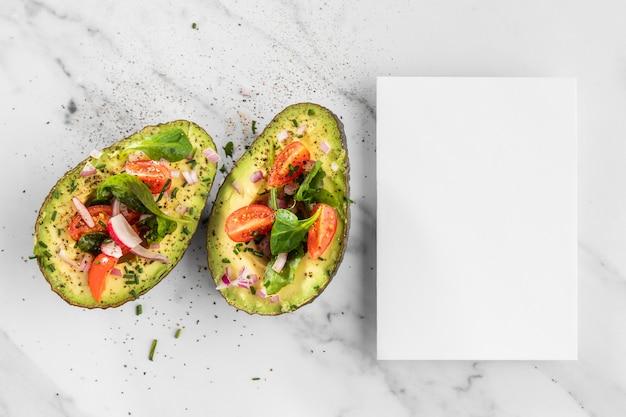 Deliziosa insalata sana in avocado Foto Gratuite