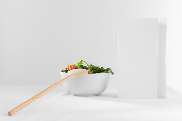 Deliziosa insalata sana nella composizione della ciotola Foto Gratuite