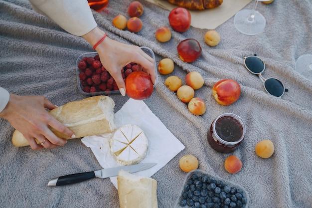Вкусный здоровый летний пикник на траве. фрукты на бланшете. Бесплатные Фотографии