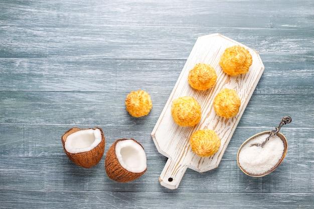 Maccheroni casalinghi deliziosi della noce di cocco con la noce di cocco fresca, vista superiore Foto Gratuite