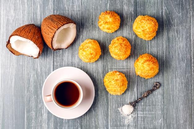 Amaretti di cocco fatti in casa deliziosi con cocco fresco Foto Gratuite