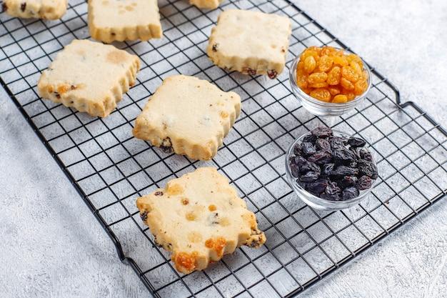 レーズン入りの美味しい自家製クッキー。 無料写真