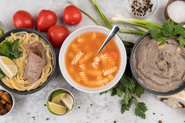 おいしい自家製の温かいスープのトップビュー 無料写真