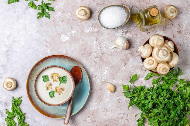 おいしい自家製キノコのクリームスープ、トップビュー 無料写真