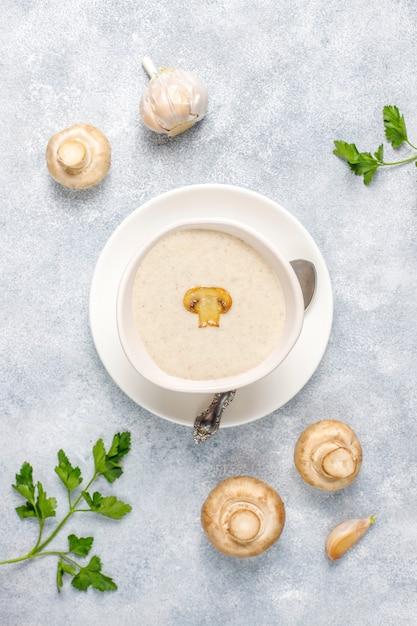 おいしい自家製キノコのクリームスープ 無料写真