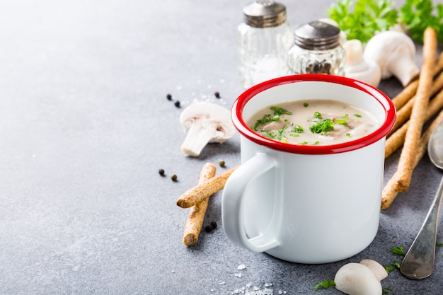 Delicious homemade mushrooms champignons soup with parsley Premium Photo