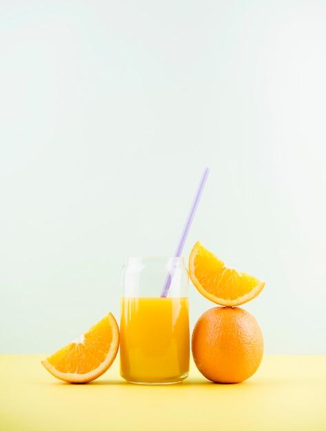 Delizioso succo d'arancia fatto in casa con spazio di copia Foto Gratuite