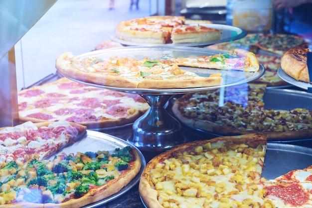 カウンターの上においしい自家製ピザ Premium写真