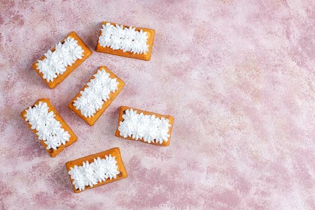 おいしい自家製の小さなフルーツケーキ、レーズンケーキ、トップビュー 無料写真