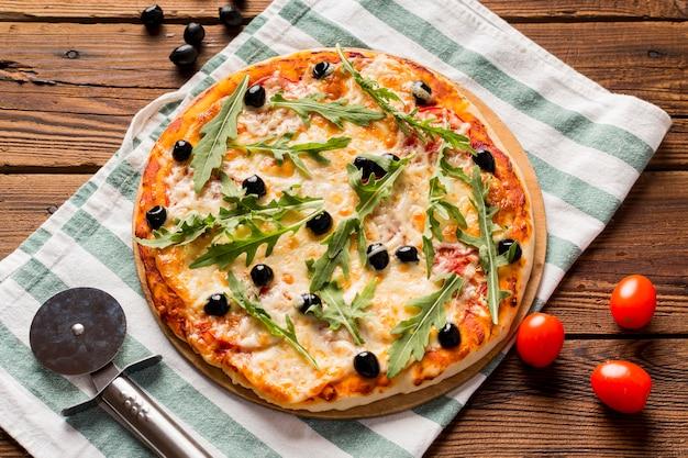 Вкусная итальянская пицца на деревянном столе Бесплатные Фотографии
