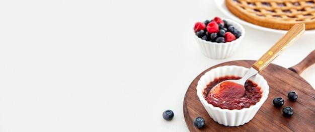 Deliziosa marmellata con cucchiaio per copia spazio torta Foto Gratuite