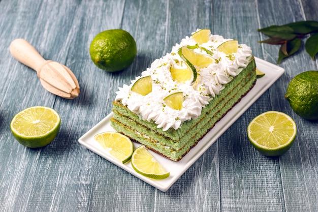 新鮮なライムスライスとライムのおいしいライムケーキ 無料写真