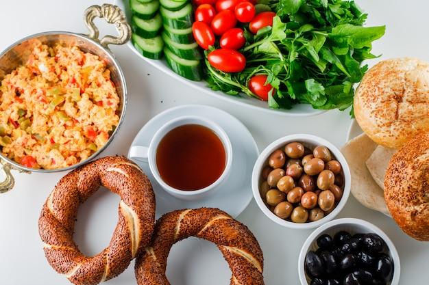 一杯のお茶、トルコのベーグル、白い表面にサラダトップビューで鍋に美味しい食事 無料写真
