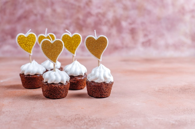 Delicious mini chocolate cupcakes for valentine's day. Free Photo