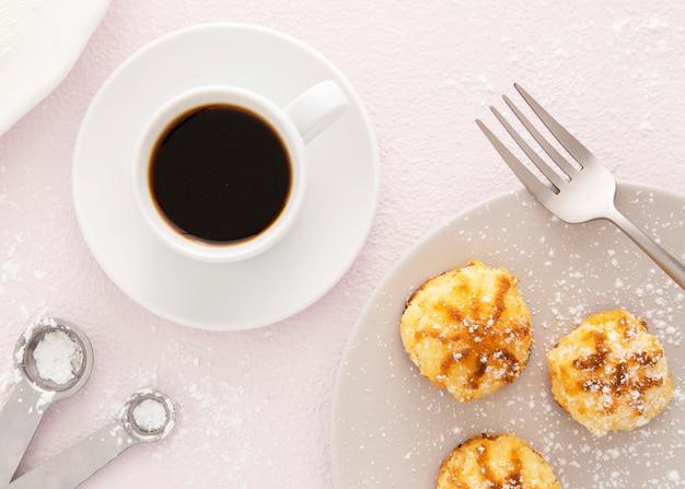 Deliziosi mini pasticcini e caffè Foto Gratuite