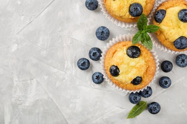 Deliziosi muffin con i mirtilli copia spazio Foto Gratuite