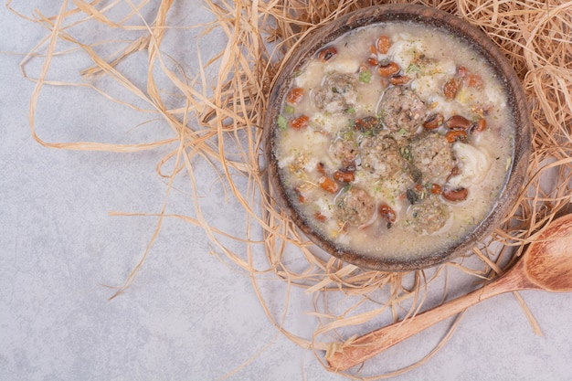 Deliziosa zuppa di funghi in una ciotola di legno con un cucchiaio Foto Gratuite