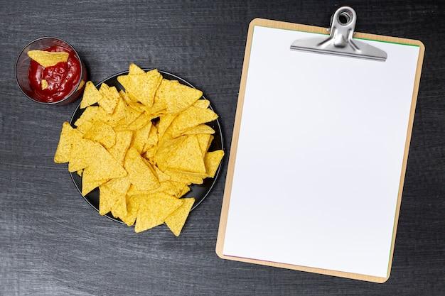 Nachos deliziosi con tuffo accanto agli appunti Foto Gratuite