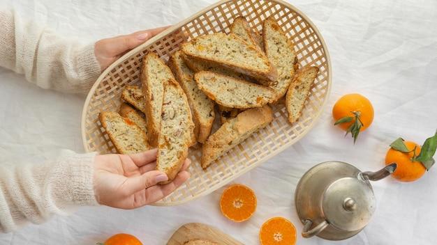 Delizioso panino arancione sul tavolo Foto Gratuite