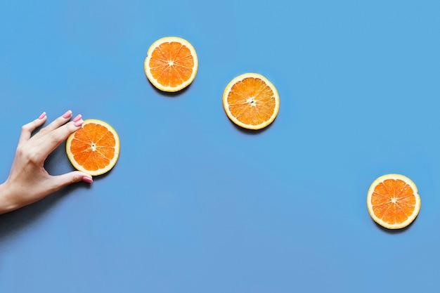 おいしいオレンジ柑橘系の果物のスライスフラットレイ 無料写真