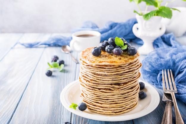 Delicious pancakes with fresh blueberries Premium Photo